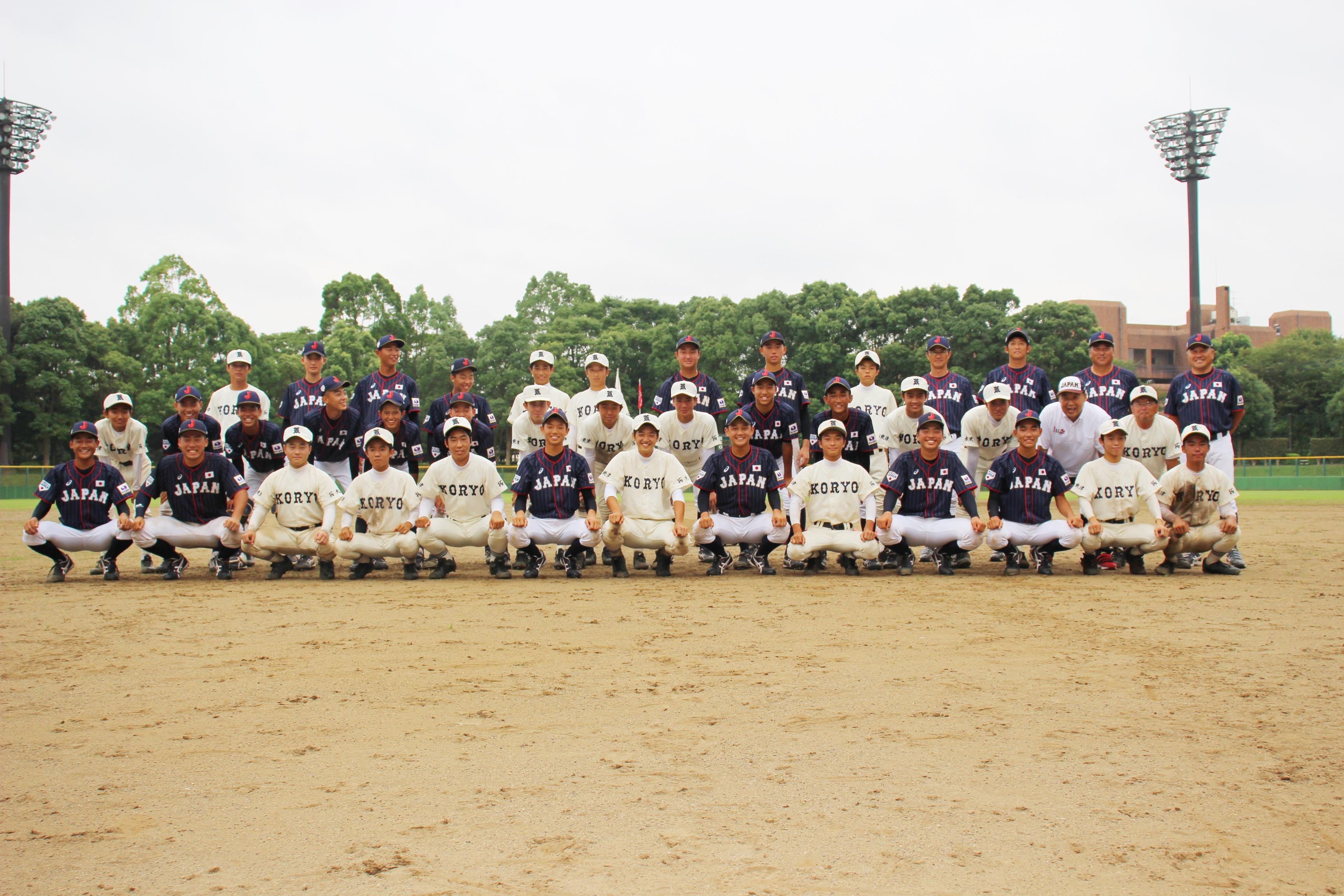 アンダー15侍ジャパンの選手たちと拓大紅陵軟式野球部との記念撮影
