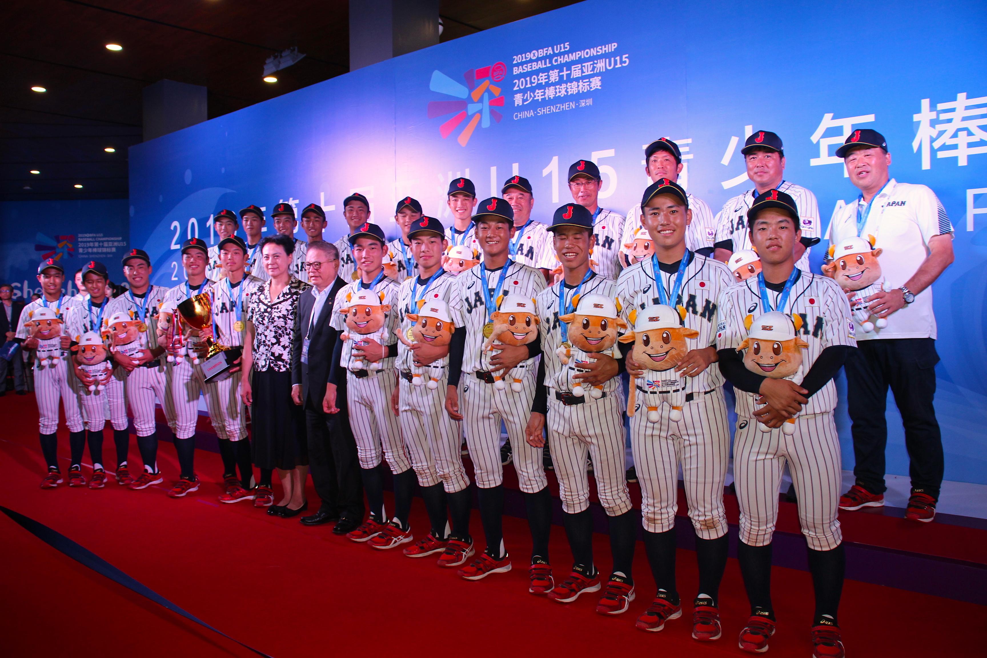 優勝を決め、にこやかな侍ジャパンU-15代表の選手たち